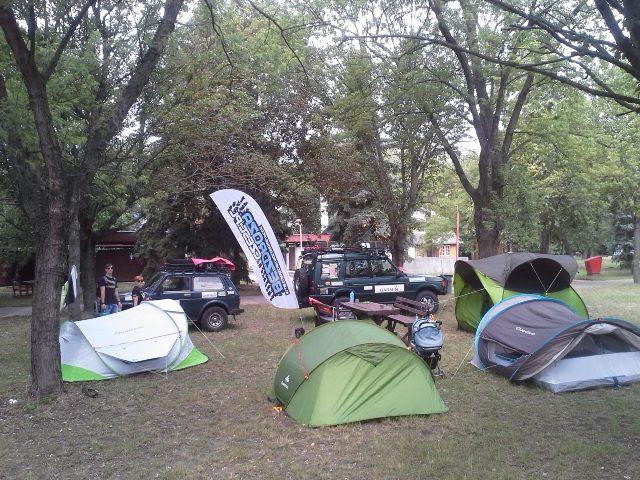 Treningowe rozkładanie namiotów na campingu