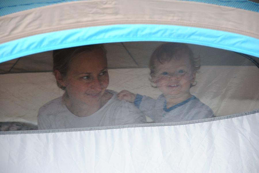 Spanie w namiocie to przygoda dla małego dziecka